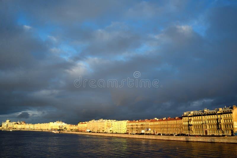 Amanecer del verano del río de Neva St Petersburg, Rusia foto de archivo