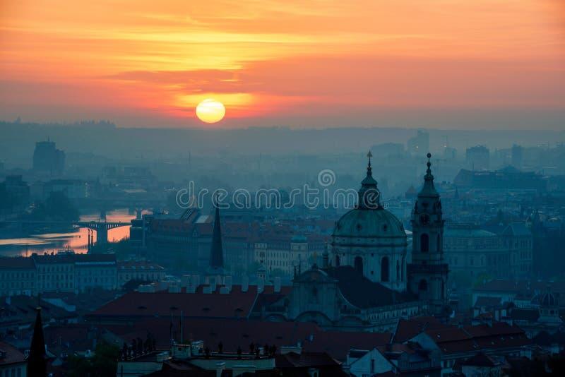 Amanecer detrás de la torre de la iglesia de San Nicolás, Praga, República Checa foto de archivo