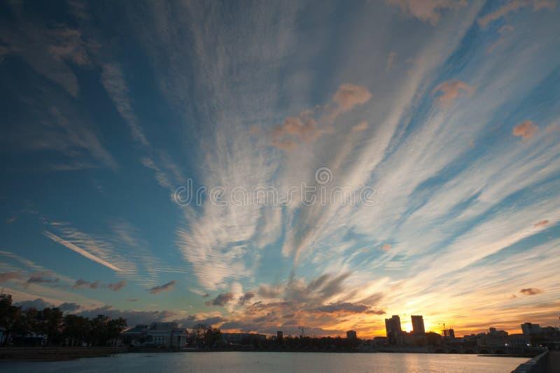 Amanecer durante la mañana del otoño de Miass del río fotografía de archivo libre de regalías