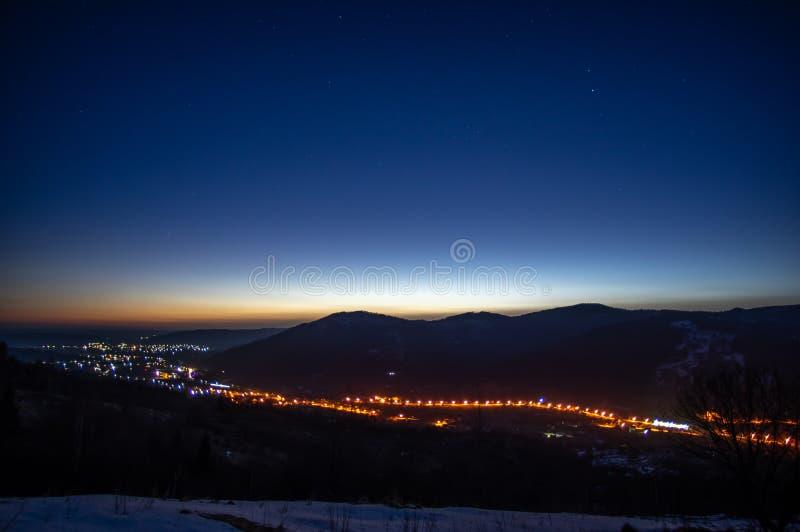 Amanecer en el invierno en una ciudad de la montaña fotos de archivo