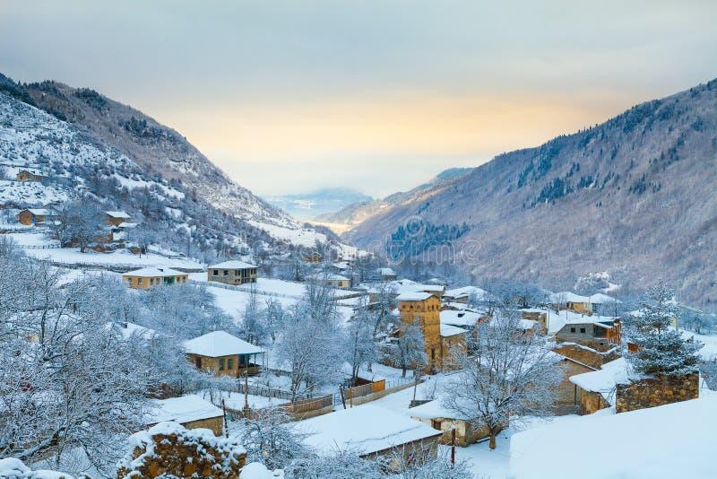 Amanecer en el pueblo de montaña de la nieve, Svaneti fotografía de archivo