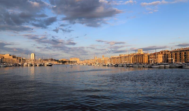 Amanecer en el puerto de Marsella, Francia foto de archivo libre de regalías