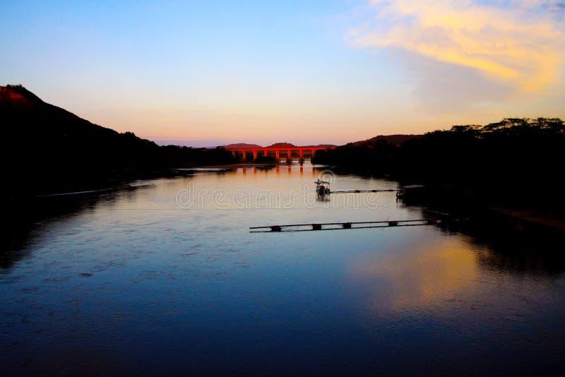 Amanecer en el río Santo Antonio en Minas Gerais, el Brasil fotos de archivo libres de regalías