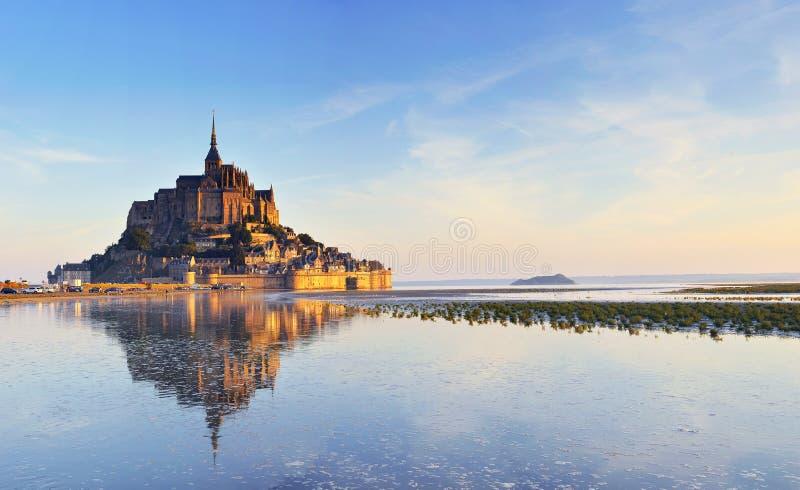 Amanecer en el Saint Michel de Mont. Francia imagen de archivo
