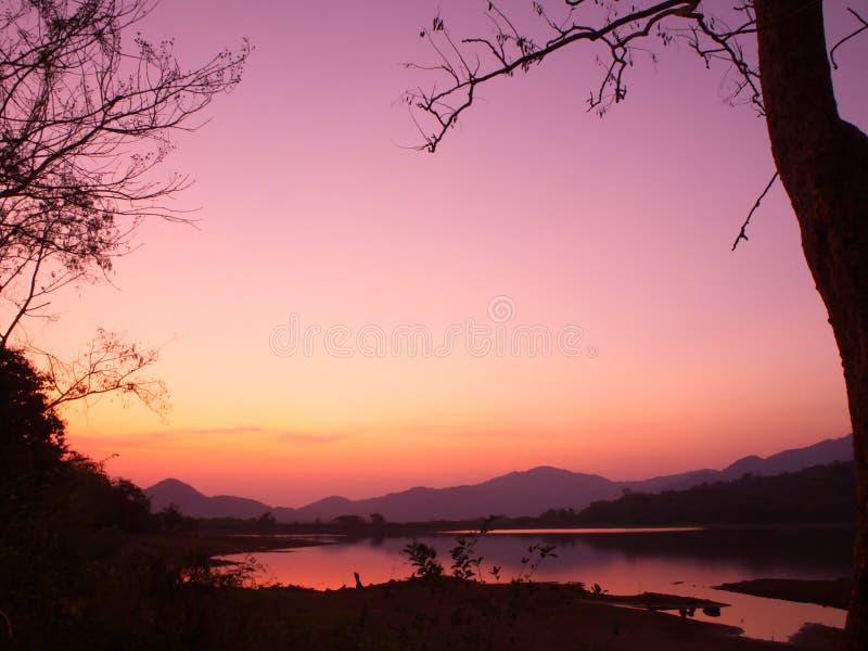 Amanecer en el valle Paisaje de la salida del sol del verano Bosque, lago, río, montañas imagen de archivo