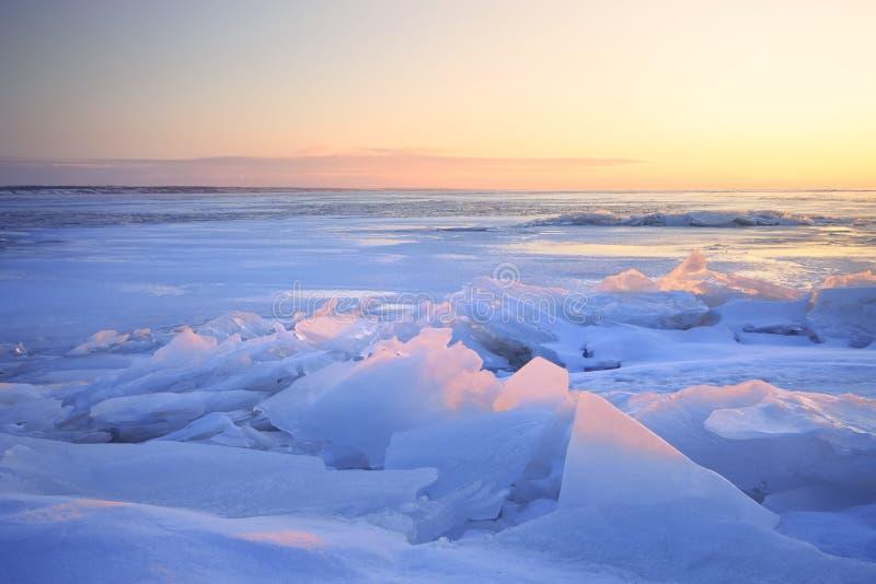 Amanecer en la orilla congelada del lago foto de archivo