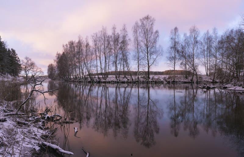 Amanecer en un río del invierno imagen de archivo