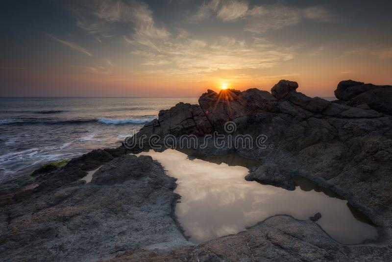 Amanecer entre las rocas fotografía de archivo libre de regalías