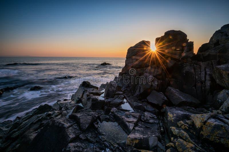 Amanecer entre las rocas imagen de archivo libre de regalías