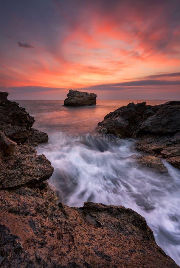 Amanecer entre las rocas fotos de archivo libres de regalías
