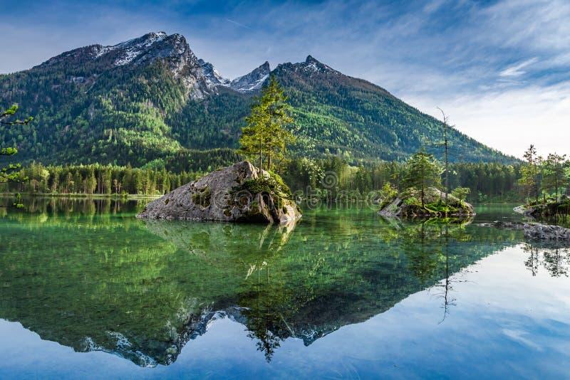 Amanecer frío en el lago Hintersee en las montañas, Alemania foto de archivo