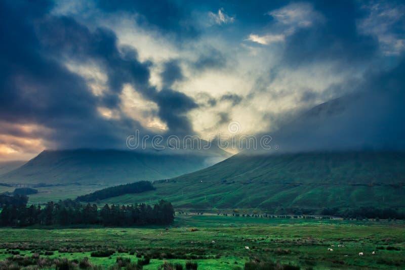 Amanecer frío sobre las montañas de Glencoe en Escocia imagen de archivo