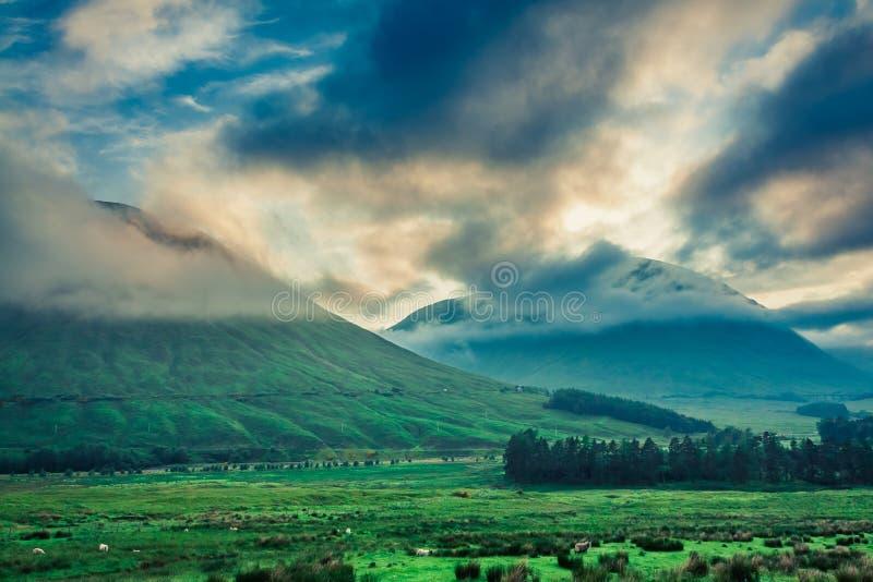 Amanecer frío sobre las montañas de Glencoe, Escocia foto de archivo libre de regalías