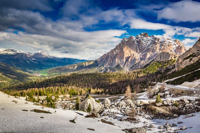 Amanecer hermoso el Passo Falzarego, dolomías, Italia, Europa imagenes de archivo