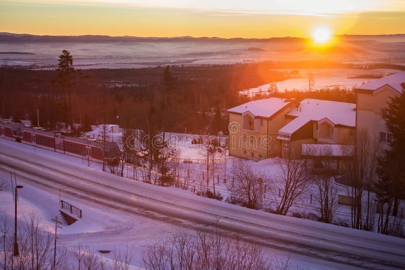 Amanecer hermoso en el centro del Smokovec córneo Es un pueblo popular del esquí en la Eslovaquia foto de archivo libre de regalías