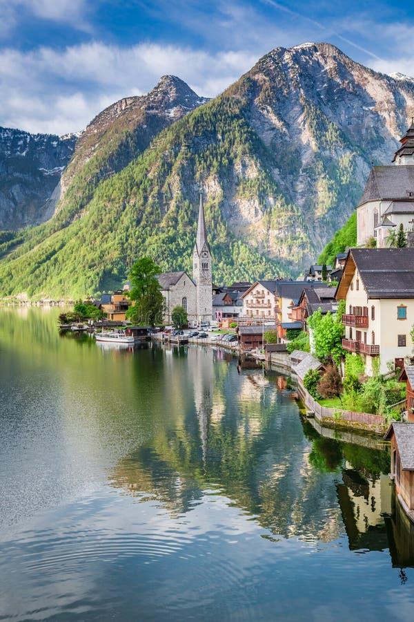 Amanecer hermoso en el lago de la montaña en Hallstatt, montañas, Austria, Europa foto de archivo