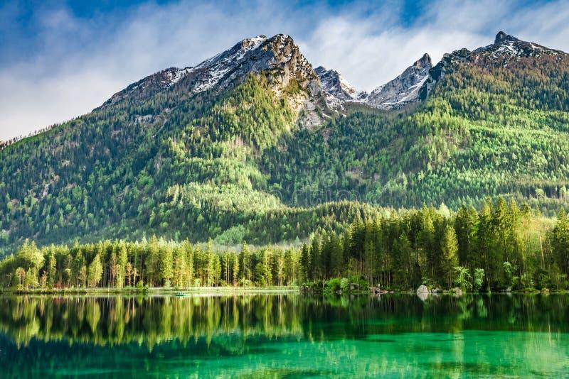 Amanecer hermoso en el lago Hintersee en las montañas alemanas fotografía de archivo libre de regalías