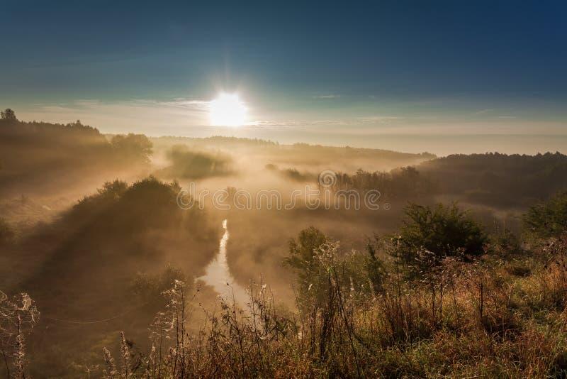 Amanecer hermoso en el valle de niebla en otoño imagenes de archivo