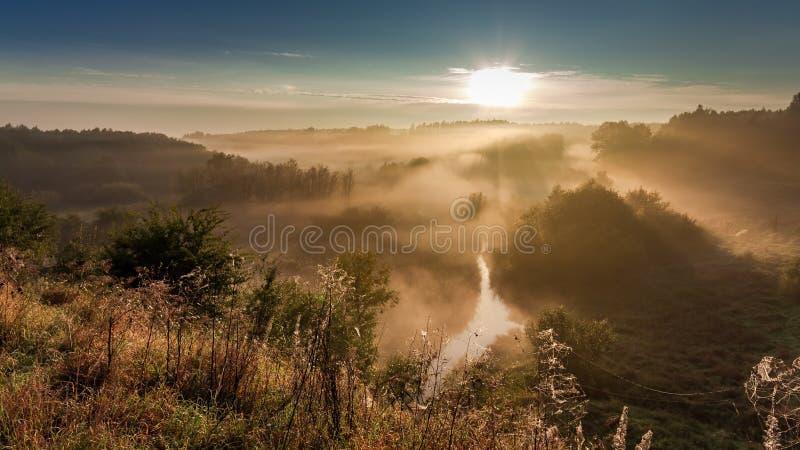 Amanecer hermoso en el valle de niebla en otoño, Polonia imagenes de archivo