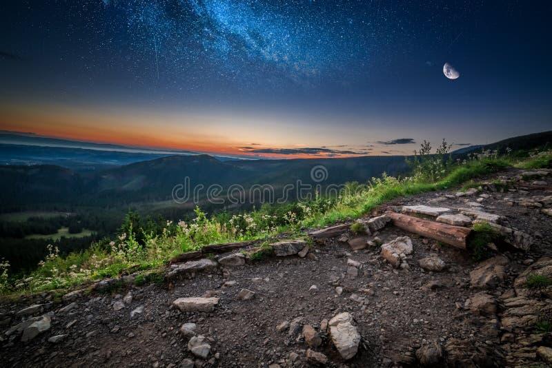Amanecer hermoso en las montañas de Tatra con las estrellas y la luna, Polonia imagen de archivo libre de regalías