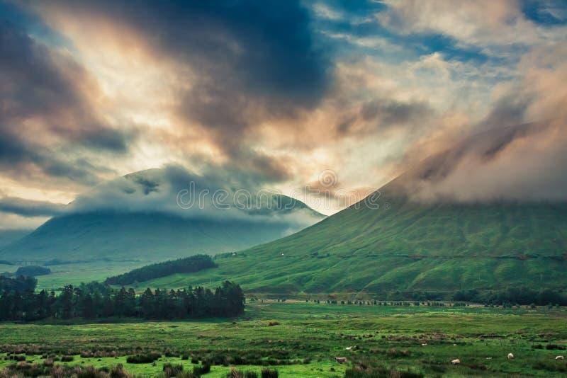 Amanecer imponente sobre las montañas de Glencoe, Escocia foto de archivo