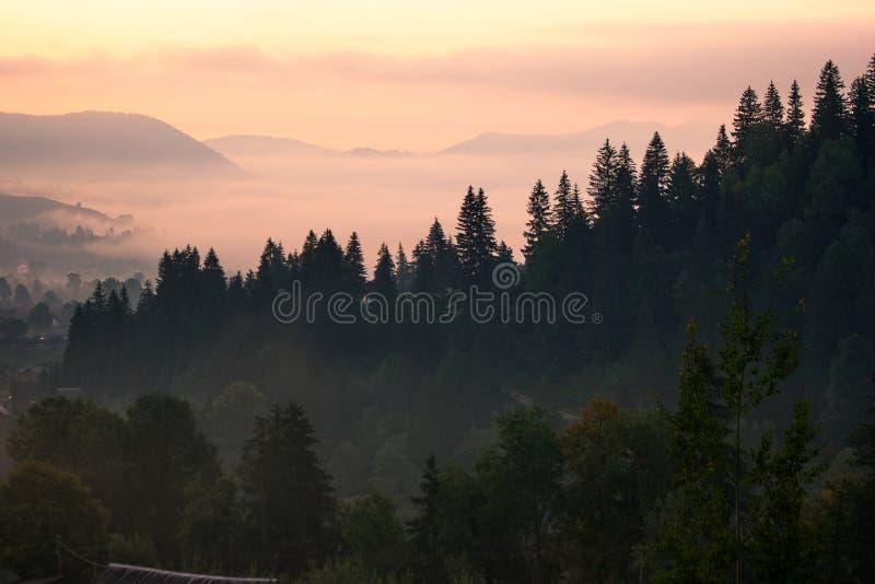 Amanecer impresionante de la mañana en montañas cárpatas foto de archivo libre de regalías