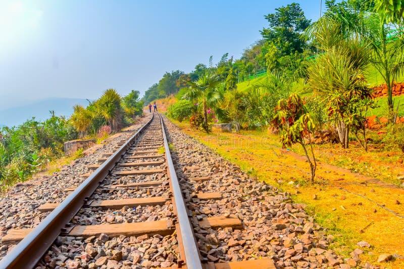 Amanecer indio Vizag diurno la India de la oscuridad de la vía de ferrocarriles de la montaña imágenes de archivo libres de regalías