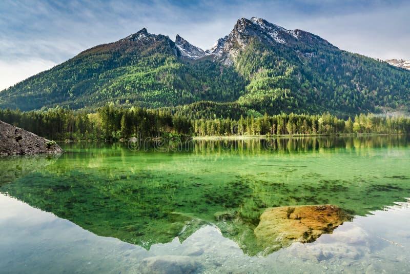 Amanecer maravilloso en el lago Hintersee en las montañas imagenes de archivo