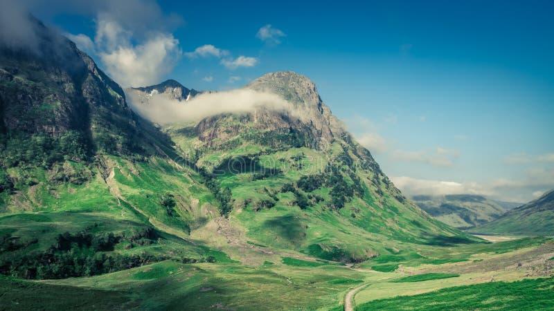 Amanecer maravilloso sobre las montañas en Glencoe en Escocia fotografía de archivo