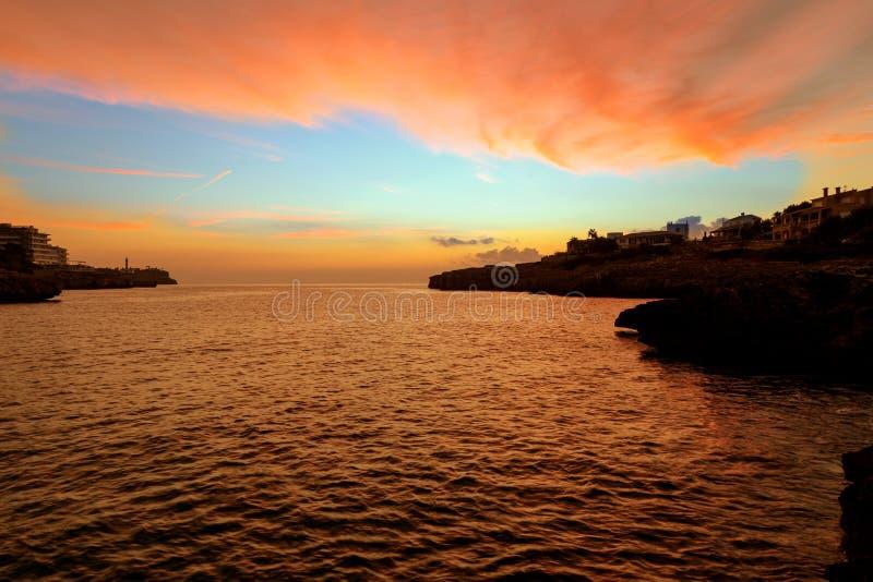 Amanecer rojo sobre el mar imagen de archivo