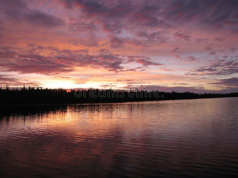 Amanecer rosado hermoso en el lago fotos de archivo libres de regalías
