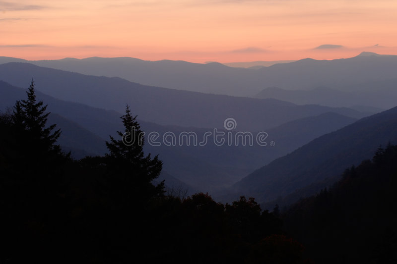 Amanecer sobre el valle de la montaña foto de archivo libre de regalías
