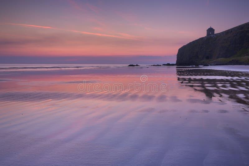 Amanecer sobre la playa de Downhill en Causeway Coast, Irlanda del Norte fotos de archivo libres de regalías