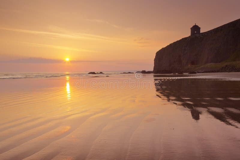 Amanecer sobre la playa de Downhill en Causeway Coast, Irlanda del Norte imagenes de archivo
