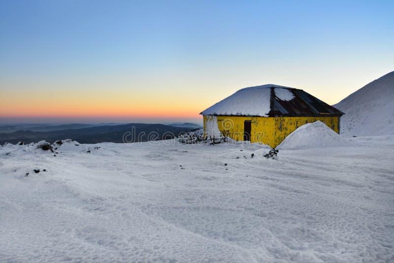 Amanecer sobre las montañas de Sudeten, parador del invierno en Karkonosze, Polonia imagen de archivo