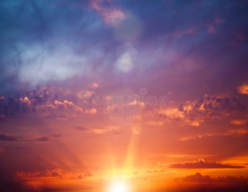 Amanecer soleado sobre el mar imagenes de archivo