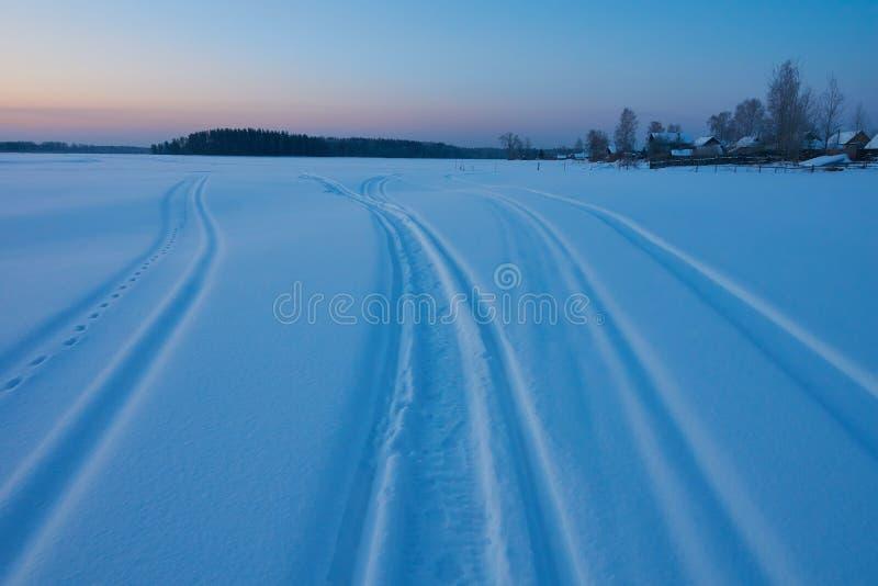 Amanecer y rastros del invierno imagen de archivo