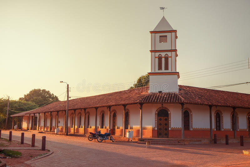 Amanezca en el ayuntamiento del pueblo de Concepción, misiones de la jesuita en la región de Chiquitos, Bolivia foto de archivo