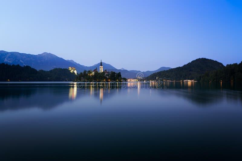 Amanezca en el lago sangrado con los cielos azules, Eslovenia fotografía de archivo