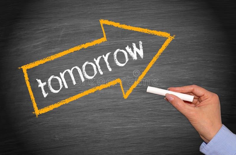 Amanhã - mão fêmea com giz e seta com texto imagem de stock