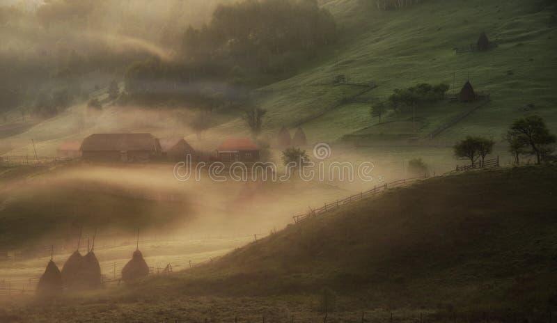 Amanhecer, em uma vila carpathian imagem de stock