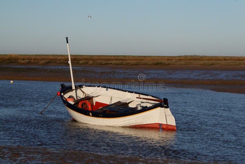 Amanhecer, marés para fora, cena velha do barco fotos de stock royalty free