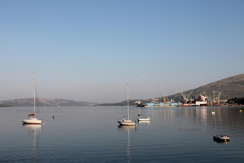 Amanhecer na ilha da Croácia de Ciovo fotos de stock