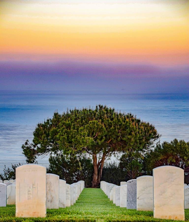 Amanhecer no cemitério nacional de Rosecrans fotos de stock royalty free