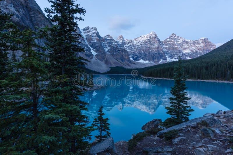 Amanhecer no lago moraine no parque nacional de Banff fotos de stock