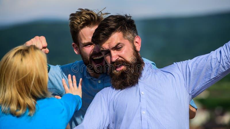 Amant agressif d'attaques d'homme de son amie L'homme a trouvé l'amie le tricher avec le macho barbu Jaloux et photographie stock