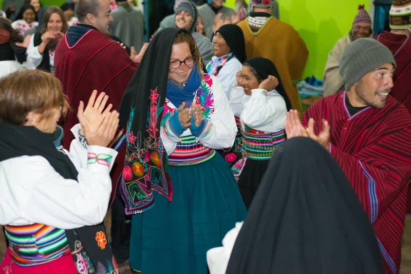 Amantani, Peru - 31 de agosto de 2015: turista, músicos e povos locais executando a dança tradicional dentro na ilha de Aamatani, imagens de stock royalty free