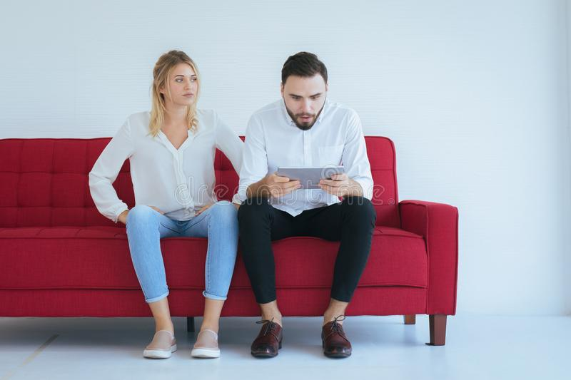 Amante aburrido y de la indiferencia de los pares que se sienta en el sofá en sala de estar junto, problemas de familia imagen de archivo