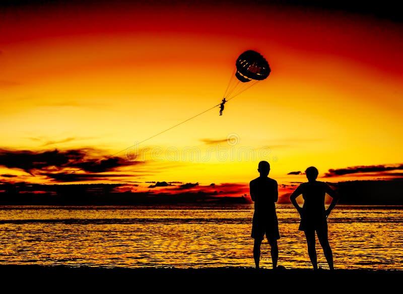 Amante da silhueta na praia no crepúsculo imagens de stock royalty free