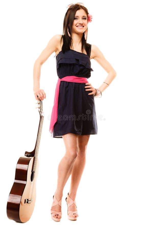 Amante de la música, muchacha del verano con la guitarra aislada fotografía de archivo libre de regalías